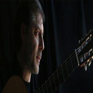 داوید فیکو گیتار کلاسیک مینوازد